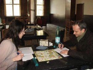 Iuliana Neacsu intr-o partida de Scrabble Liber.